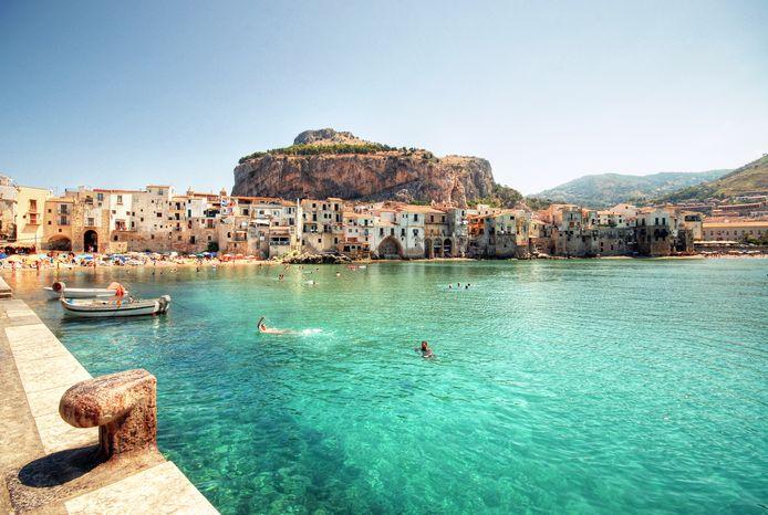 L'accident de bateau s'est produit à Cefalù, une ville située autour d'un rocher caractéristique.