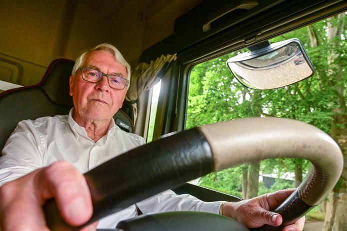 Met de vlam in pijp! Jan Baan heeft onlangs zijn vrachtwagenrijbewijs gehaald. En dat op 75-jarige leeftijd.