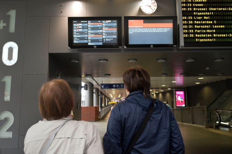 Op de trein hoef je morgen niet te rekenen, de postbedeling zal minimaal zijn en in het onderwijs valt het nog maar te bezien of er morgen wordt gewerkt. Beeld Photo News