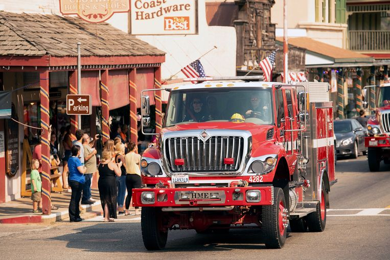 Een brandweerwagen in de begrafenisstoet van de gevallen brandweerman Braden Varney, die stierf terwijl hij Ferguson probeerde te blussen. Beeld AP