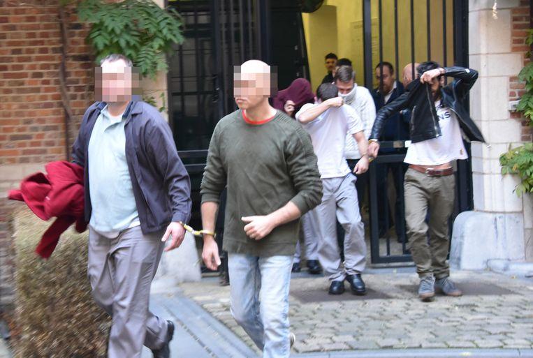 Marco L. (met groene trui) op weg naar de raadkamer.