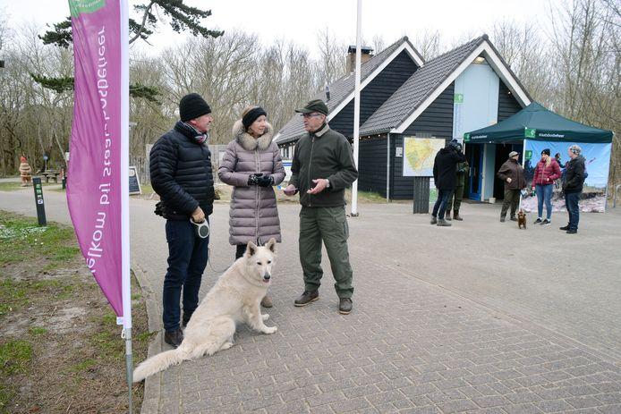 Rudy en Karine Meyvis uit België krijgen uitleg van Jan Berrevoets van Staatsbosbeheer.