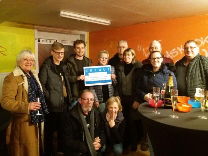Toneel 20 Plus schenkt een cheque van 3.750 euro aan Chiro Don Bosco Groot-Bijgaarden.