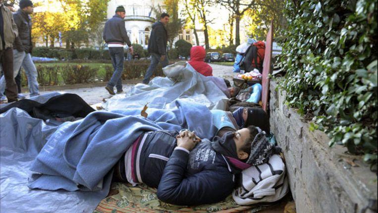 Asielzoekers slapen buiten in een park in Elsene. Beeld UNKNOWN
