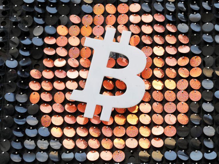 Het logo van bitcoin in een winkel in Marseille.  Beeld REUTERS