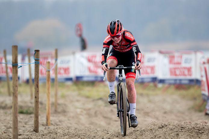 Laura Verdonschot aan de slag in het Antwerpse zand.