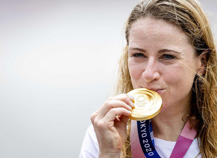 Annemiek van Vleuten met haar gouden medaille. Beeld ANP