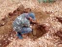 Ontdekker Pascal Wensink bij de zeldzame brandbom in Epse.