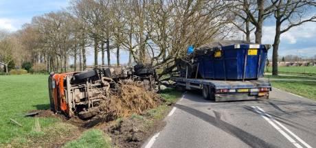 Vrachtwagen belandt op de zijkant in weiland bij Westendorp: verkeer ruim vijf uur omgeleid