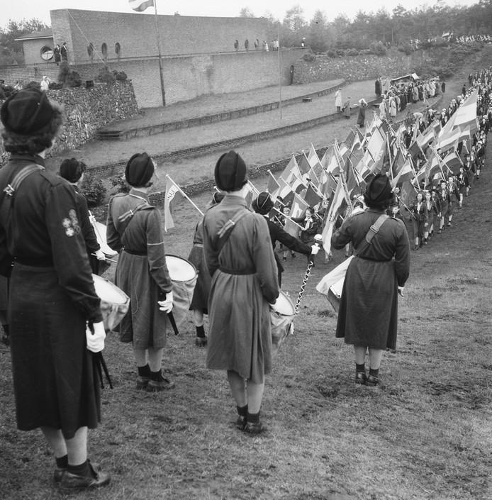 Koningin Juliana neemt een defilé af bij de Muur van Mussert  ter gelegenheid van het 35-jarig bestaan van het Nederlands Padvindsters Gilde in 1951.