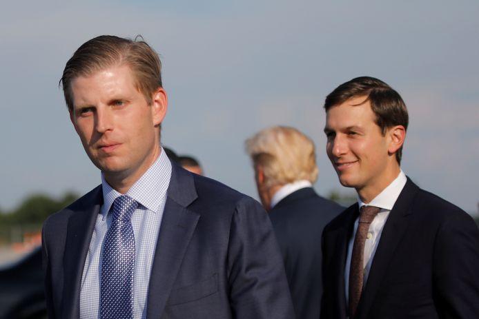 Eric Trump (links) en zijn schoonbroer/topadviseur Jared Kushner. Tussen hen staat Erics vader, de Amerikaanse president. Foto uit 2017.