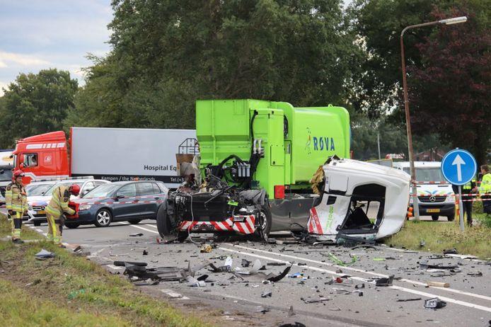 De schade is groot na de botsing tussen beide vrachtwagens bij Vollenhove.