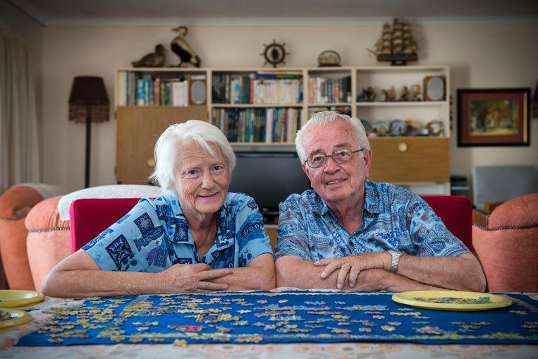 Henk de Jong en zijn vrouw Herna in de huiskamer van hun bungalow op Oranjehof. Beeld Bram Lammers