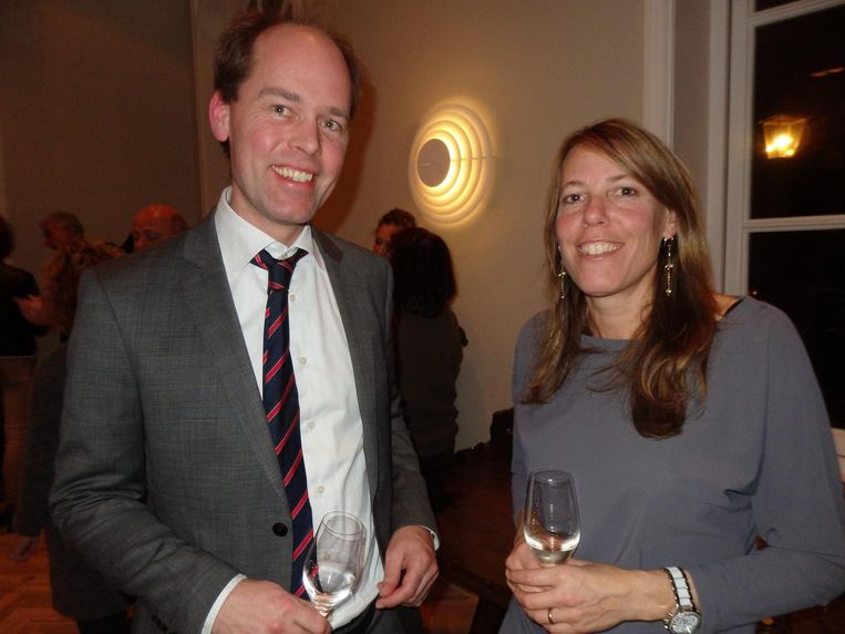 Marianne Sturman (Moneypenny) en Jan Derkman, de enige notaris in het dorp. Das los, het is na zessen Beeld Schuim