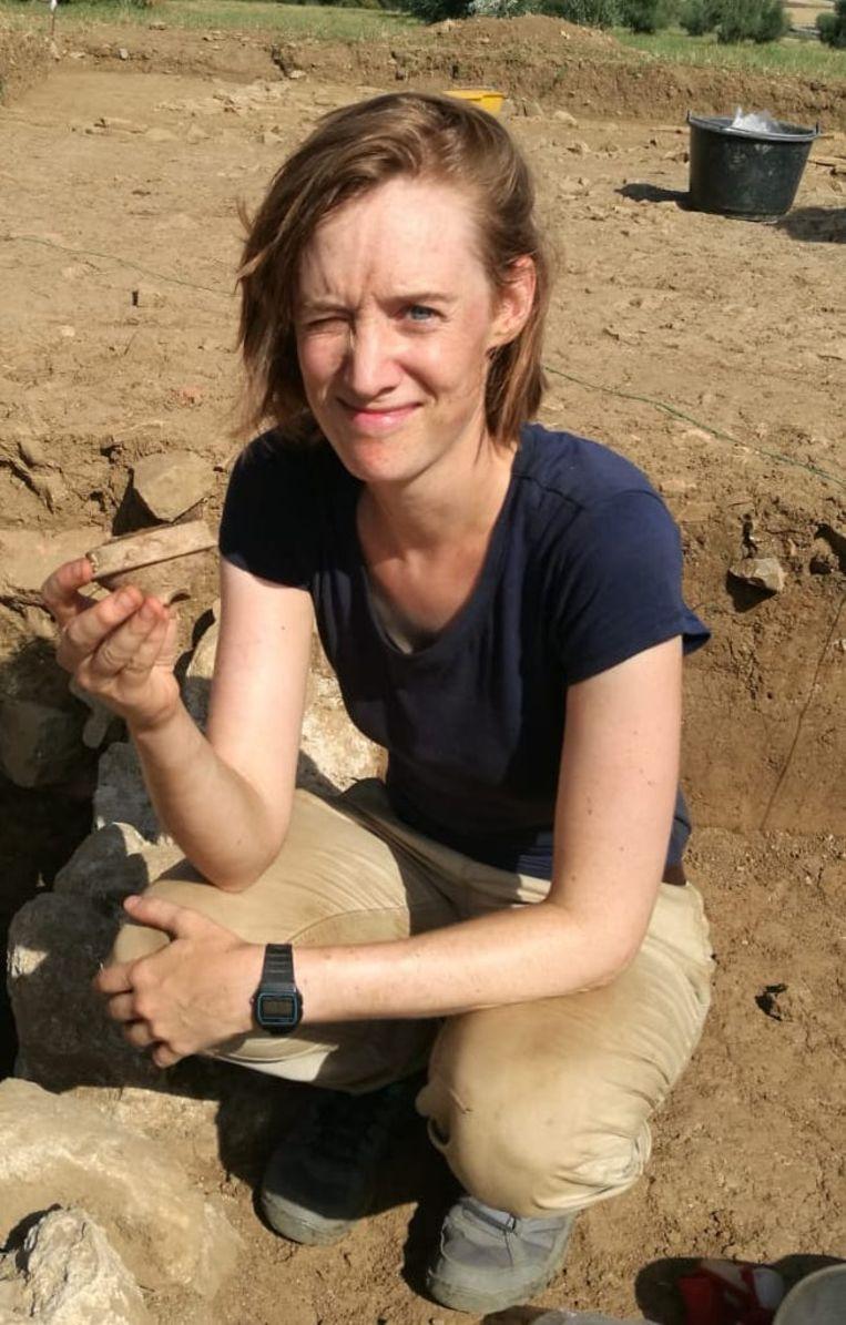 Archeologe Astrid Van Oyen aan het werk bij een opgraving in Toscane.  Beeld