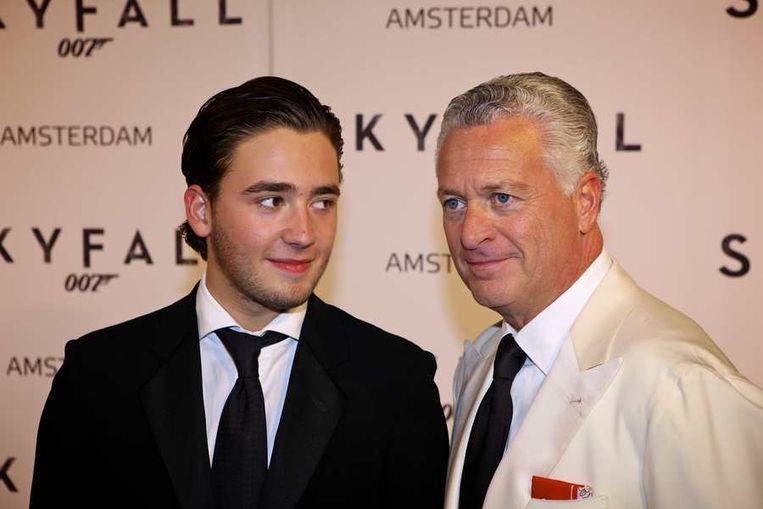 Advocaat Bram Moskowitz (R) en zijn zoon. Beeld anp