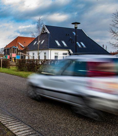 Teleurgestelde ouders: Maatregelen tegen scheuren op Raarhoeksweg in Raalte nog niet in zicht