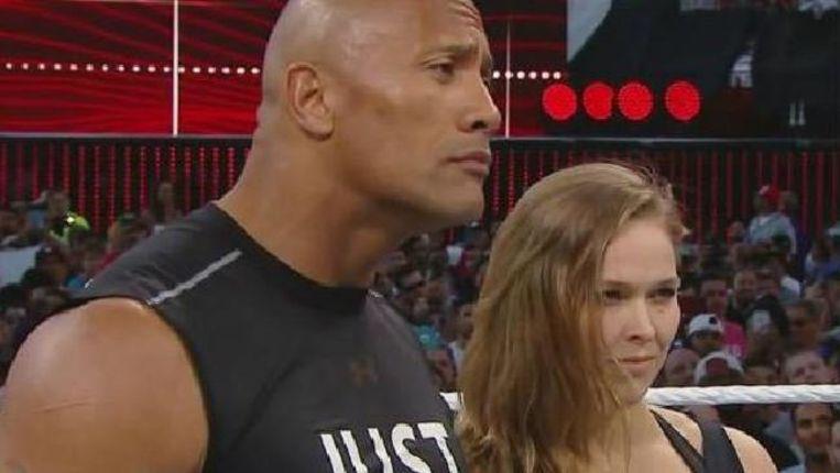Ronda Rousey aan de zijde van 'The Rock' in WrestleMania in 2015. Beeld twitter