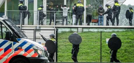 Politie stopt illegale demonstratie tegen coronamaatregelen in park in Utrecht, 15 demonstranten aangehouden