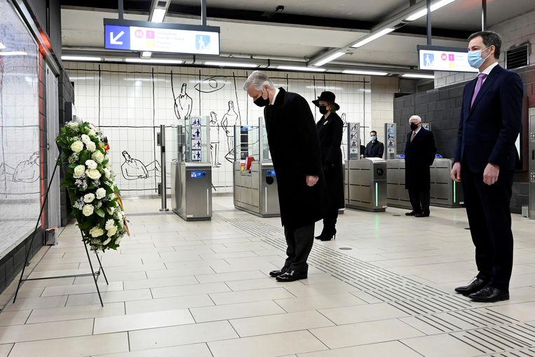Koning Philippe, koningin Mathilde en premier Alexander De Croo leggen een krans op het metrostation Maalbeek.  Beeld REUTERS