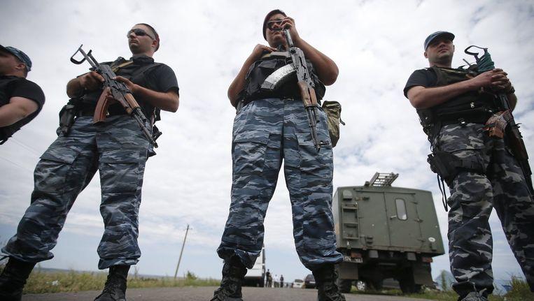 Gewapende pro-Russische separatisten bewaken de plek waar het vliegtuig is neergestort. Beeld reuters