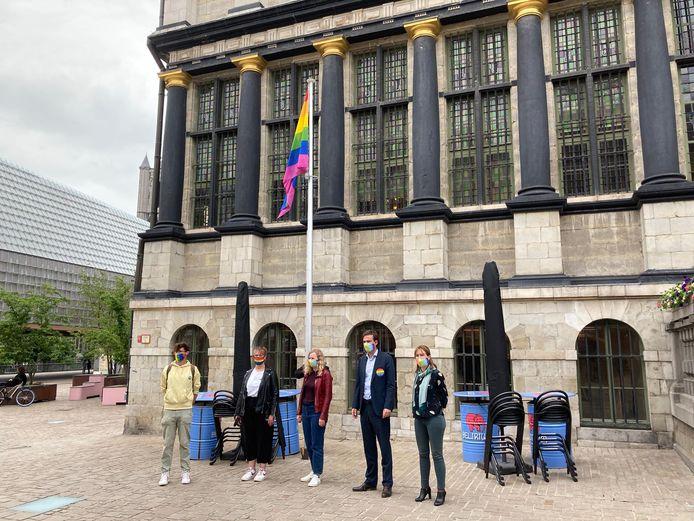 De regenboogvlag wordt gehesen aan het stadhuis.