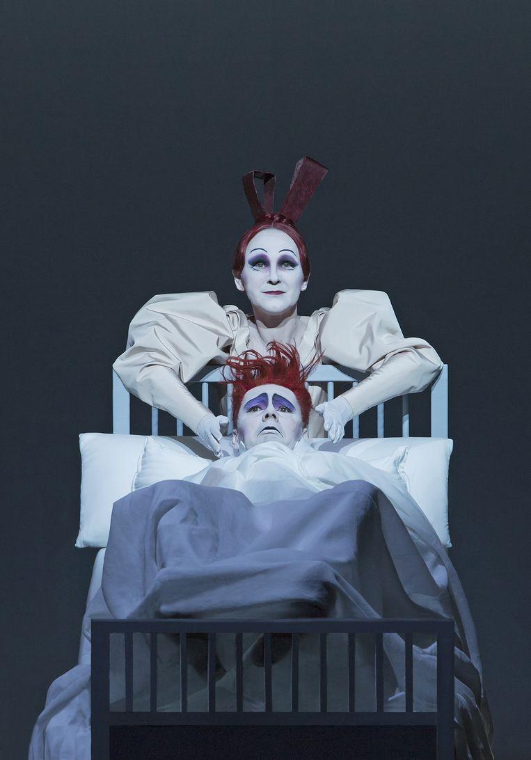 Christian Friedel en Rosa Enskat als respectievelijk Nathanael en diens moeder in 'Der Sandmann'. Beeld Lucie Jansch