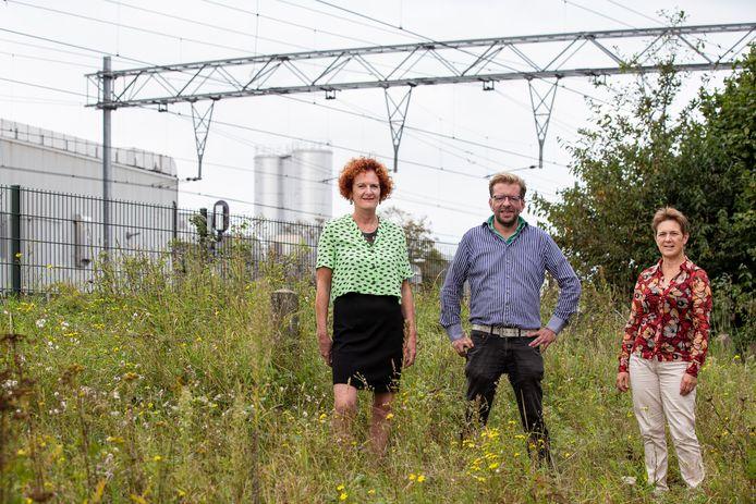 Ineke van Esch, Jos Hermans en Sylvia van Gulik (vlnr) bij het spoor, tegenover Vion.