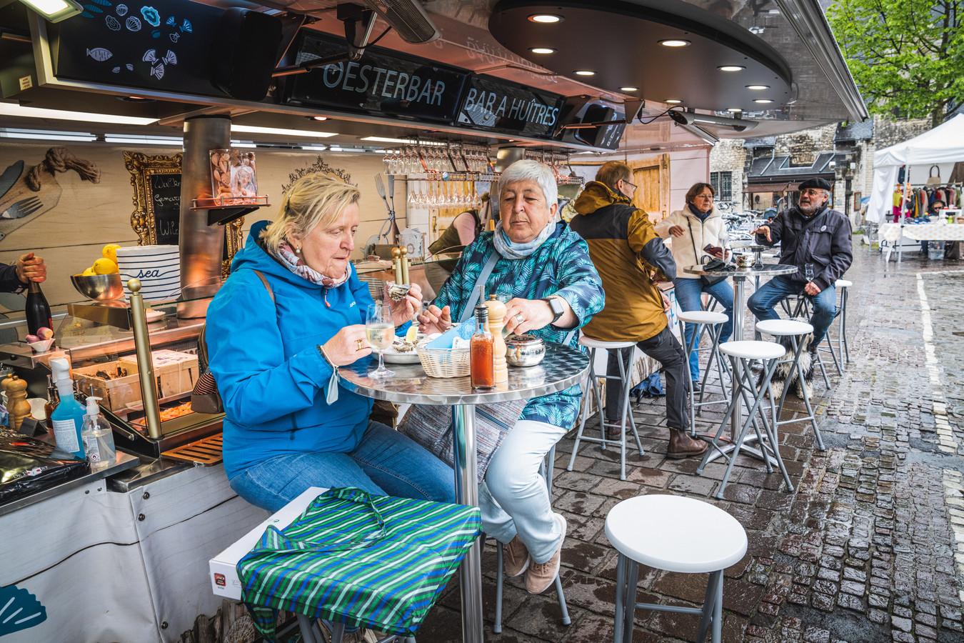 Het oesterkraam staat elke zondag op de Groentenmarkt, en dat maakt de combinatie met optredens moeilijk, klinkt het