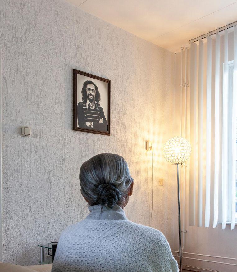 Wilhelmina Papilaja, aan de muur een portret van haar zoon. Beeld null