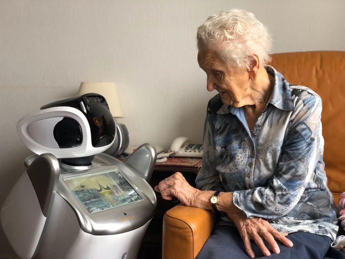 Zorgrobot Sara vertelt een bewoonster van zorgcentrum De Vossenberg in Kaatsheuvel een verhaal over De Efteling.