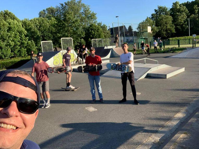 Een hippe sportschepen Benjamin Rogiers (Open Vld) hield dinsdag toezicht op het skatepark in Herzele.