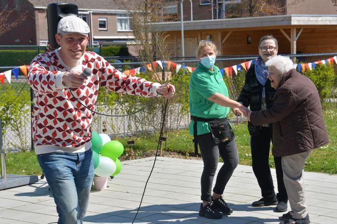 Volkszanger Fabrice uit Westdorpe maakte er een show van bij de viering van één jaar kleinschalig verzorgingshuis De Hoeve in de Terneuzense wijk Oudelandse Hoeve.
