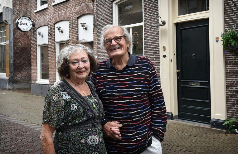 Lia Dasberg en haar man voor coffeeshop Liberty en rechts de deur van hun woning. Beeld Marcel van den Bergh