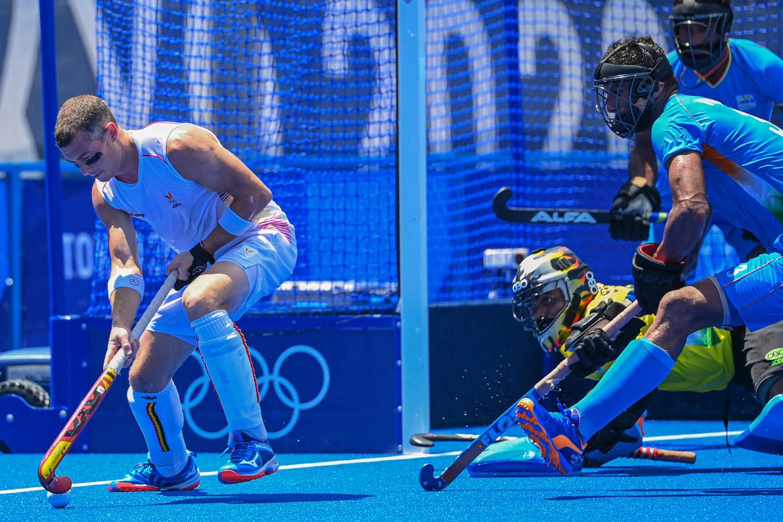 De Belgische middenvelder John-John Dohmen maakt tijdens de halve finale tegen India de vijandige doelcirkel onveilig.   Beeld Photo News