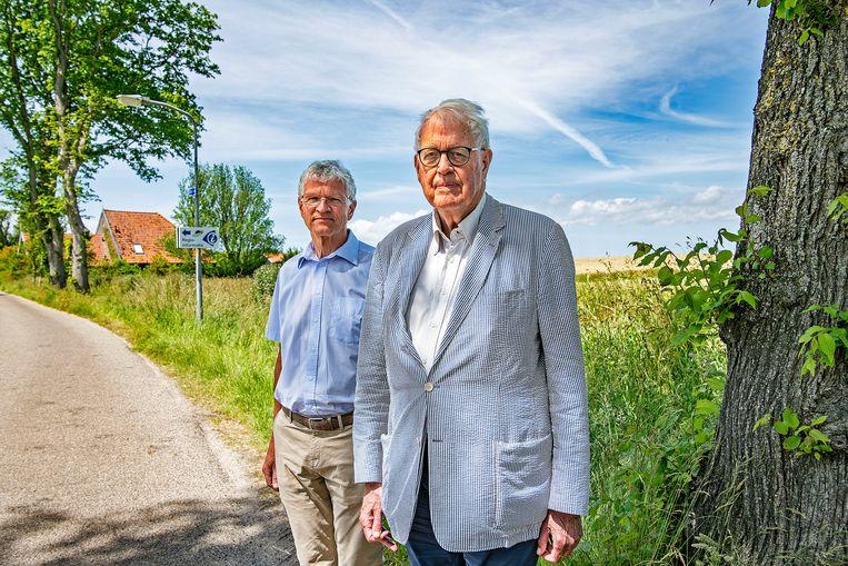 De emeritus hoogleraren Jan Bank (rechts) en Doeke Bosscher bij Stroe op het voormalig eiland Wieringen.   Beeld Guus Dubbelman / de Volkskrant