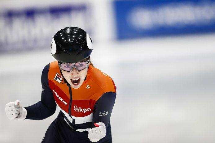 Lara van Ruijven juicht na het winnen van de finale op de 500 meter tijdens de ISU World Cup in Dordrecht.