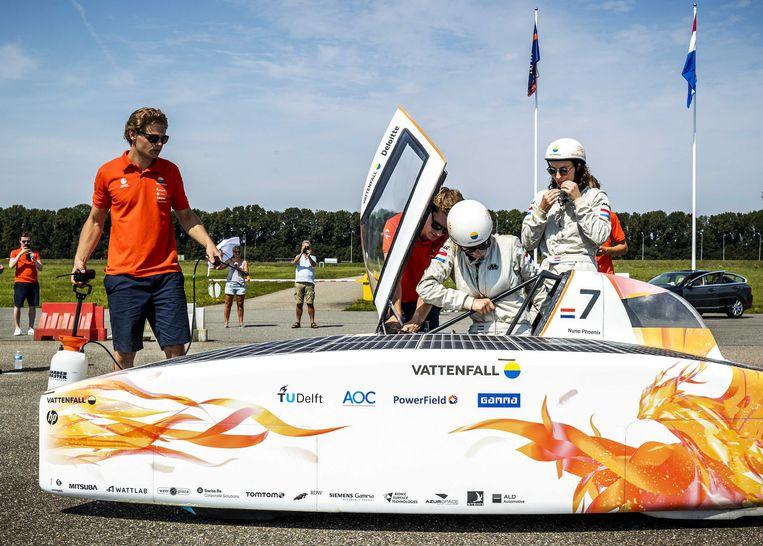 Het Vattenfall Solar Team met studenten van de TU Delft doen met zonnewagen Nuna Phoenix een poging het wereldrecord te verbreken op de testbaan van de Rijksdienst voor het Wegverkeer (RDW). Het doel was om in 12 uur meer dan 882 kilometer te rijden op alleen zonne-energie. Beeld ANP