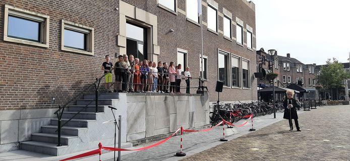 Een kinderkoor uit Schijndel zong een lied bij de opening van het RAADhuis op de Markt.