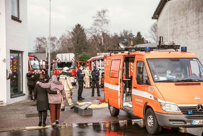 De familie en de eigenaar van wasserij De Lelie kwamen toe toen de brandweer alvast aan het opruimen was.