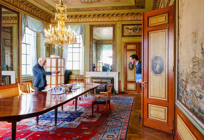 Mark Rutte van de VVD wordt in de Tweede Kamer ontvangen door informateur Herman Tjeenk Willink.