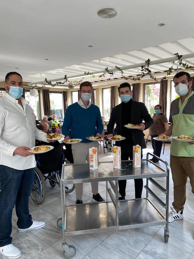 Aalsterse moslims delen maaltijden uit in wzc Tersig.