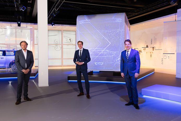 Martijn Mentink (directielid Hermes),  gedeputeerde Christophe van der Maat en VDL-topman Willem van der Leegte (van links naar rechts) na de ondertekening van het contract voor de levering van 32 bussen.  Copyright: Bram Saeys.