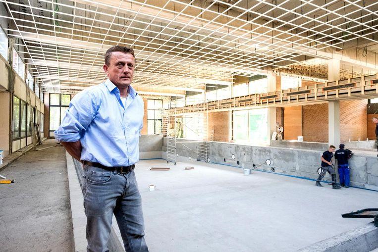 Schepen Jan Oerlemans zit verveeld met de vertraging van de restauratie van het zwembad.