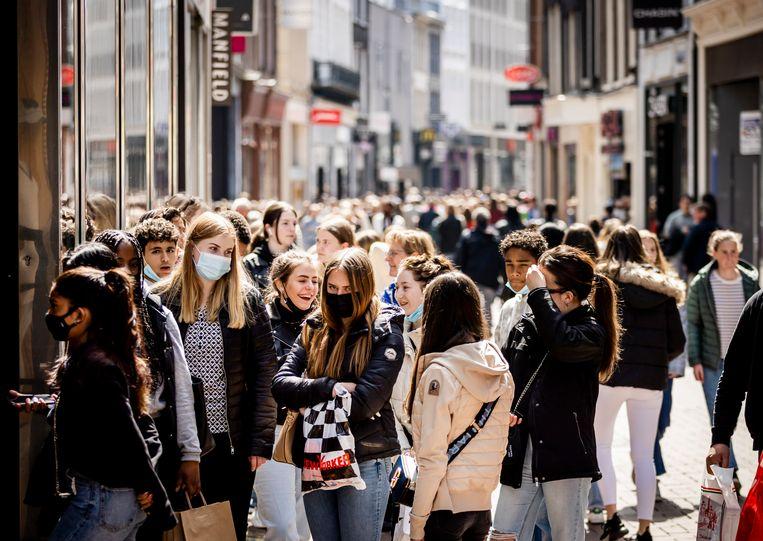 Winkelende mensen in de Kalverstraat in Amsterdam.  Beeld Hollandse Hoogte /  ANP