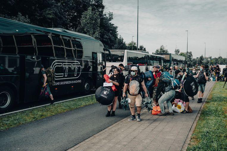 Met een bus worden ze vervolgens naar het festivalterrein gebracht. Beeld © Stefaan Temmerman