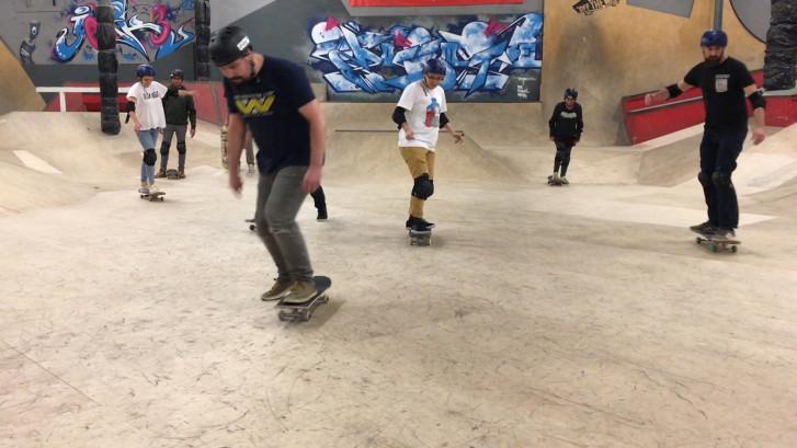 Volwassenen op skate les: 'Het gaat ze verrassend goed af'
