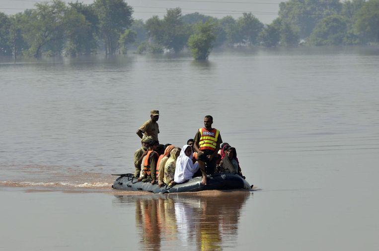 Pakistaanse soldaten redden inwoners uit de provincie Punjab. Beeld AFP