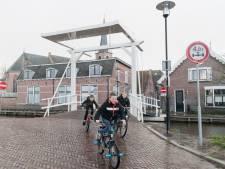 Iedereen gaat er onderuit, maar de jeugd heeft wel lol met de véél te steile brug in Kockengen