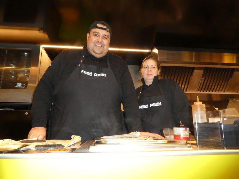 Richard Matulessy en Elly Marie Mulders van Rich Pork, onder meer met vegetarische pulled pork, godbetert. Beeld Hans van der Beek